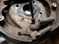 Removing the bottom spring with another specialist tool