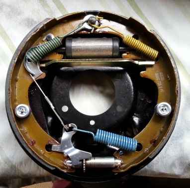 Missing handbrake spring at this pointbrake drum (apart from seperator spring.)